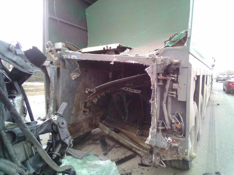 ВСызранском районе при столкновении стремя фурами пострадал шофёр Mercedes