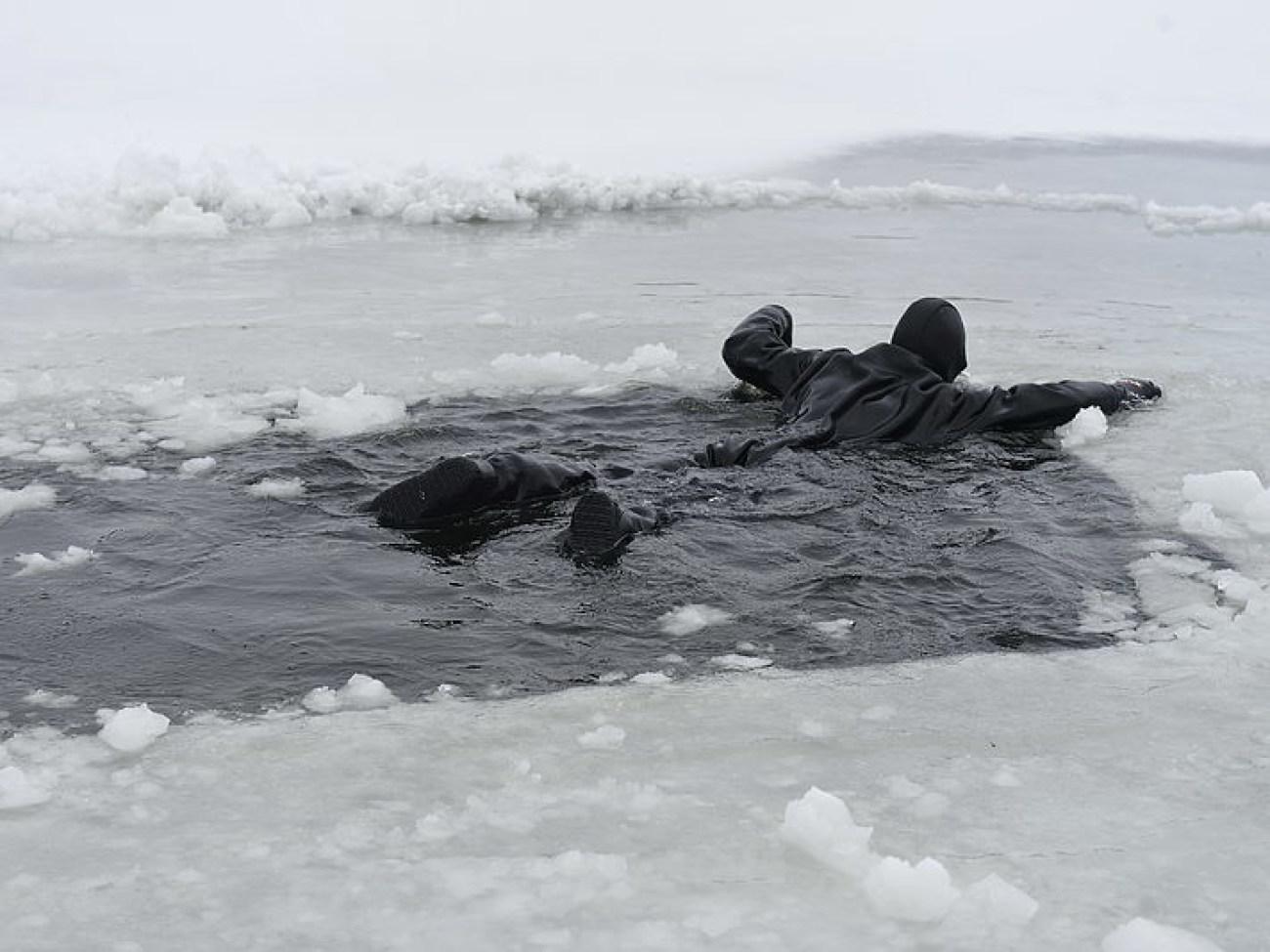 Картинка провалился под лед